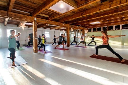 (C) Roel Dijkstra / Foto: Dennis Wisse Erna Kraak, geeft yoga in een voormalige haringrokerij in Vlaardingen